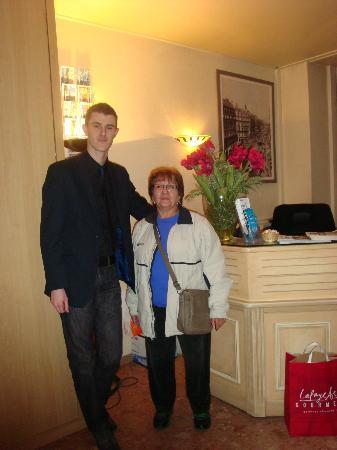 Hotel Saint-Roch : En el Hall del Hotel con Julien