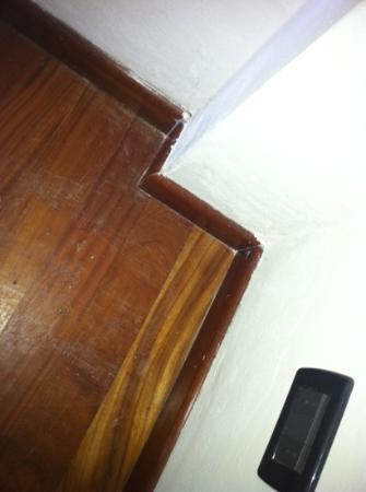 CDH Hotel Radda: Dreck in den Ecken und Nasse bzw verstockte Ecken mit teils Schimmel
