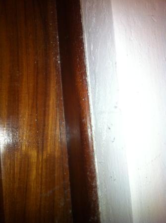 CDH Hotel Radda: Staub und Spinngeweben hinter dem Bett BTW unter dem Bett