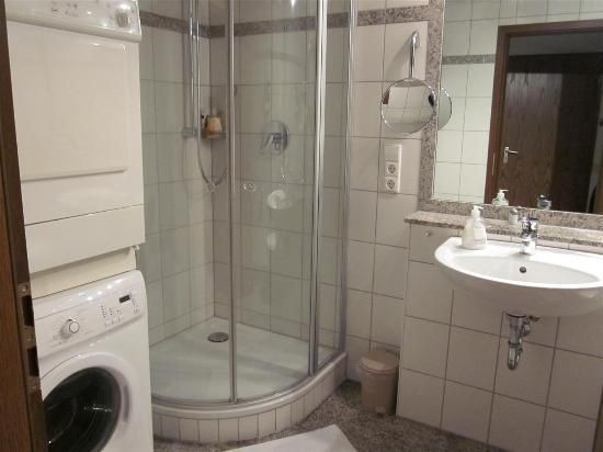 Hotel Merkur: Bathroom with washer/dryer