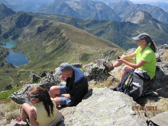 Hotel Axat : Turleder Cheri med gruppen på toppen af bjerget