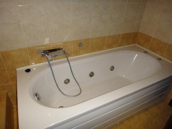 Ξενοδοχείο Άρεως: The bath without shower curtain