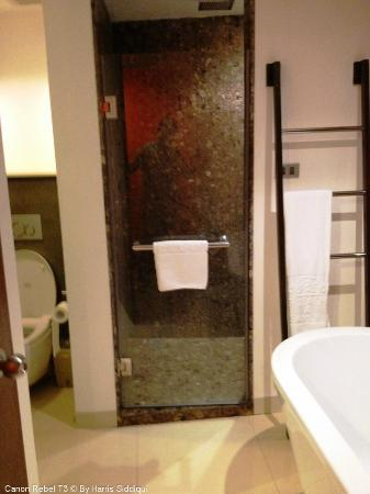 Patong Beach Hotel: Good Bathroom