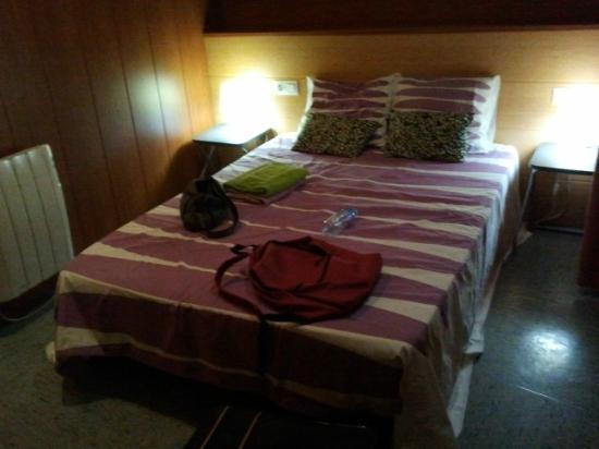 Barcelona Rooms: Chambre (assez sombre, même en plein jour car au premier étage et donnant sur une minuscule cour