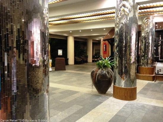 Patong Beach Hotel: Out dated Lobby