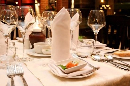 Leriba Hotel: Table setting - Hemingway's Restaurant