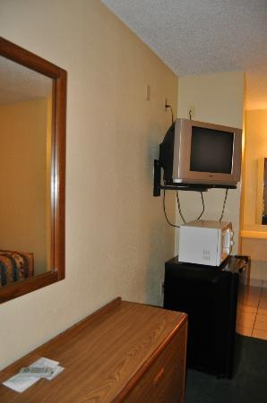 Golden Link Motel: Chest of Drawers and TV