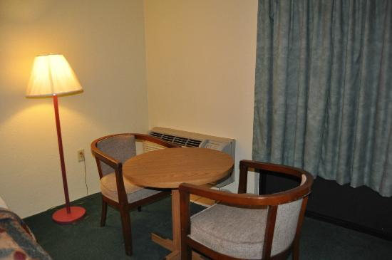 Golden Link Motel: Small Table and Chairs