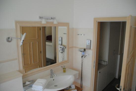 Unitas Hotel: バスルーム