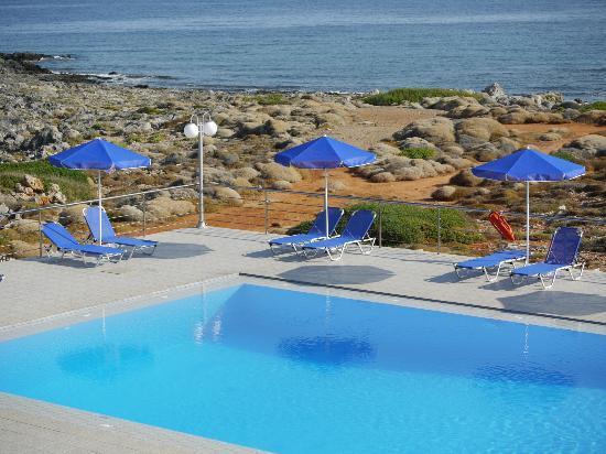 Nanakis Beach: piscine face à la mer