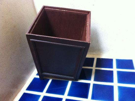 Bhundhari Spa Resort & Villas Samui: Broken garbage can in bathroom.
