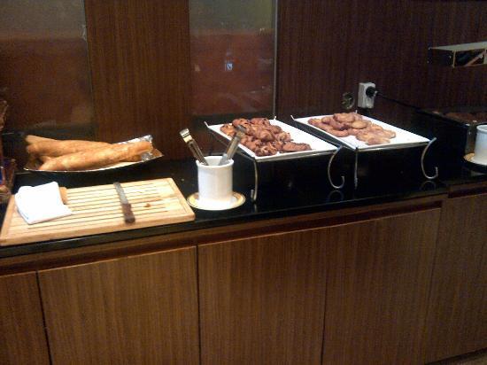 โรงแรมไอบิส แอมบาสซาเดอร์ โซล: Bread & danish pastries counter