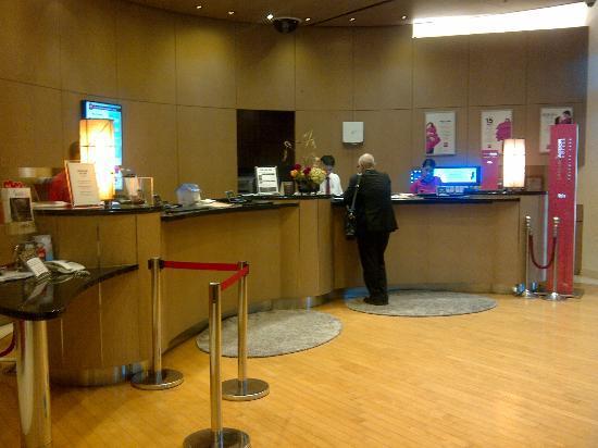 โรงแรมไอบิส แอมบาสซาเดอร์ โซล: The Front Desk