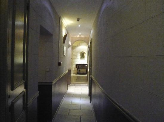 Hotel du Palais des Papes : Corridor leading to our room