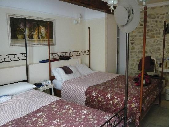 Hotel du Palais des Papes : Our four-poster beds - useful to hang your hat!