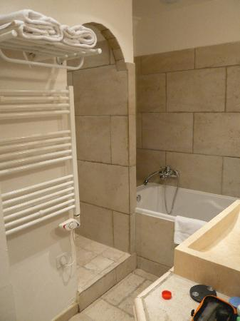 Hotel du Palais des Papes : Bathroom: shower is in arch to left