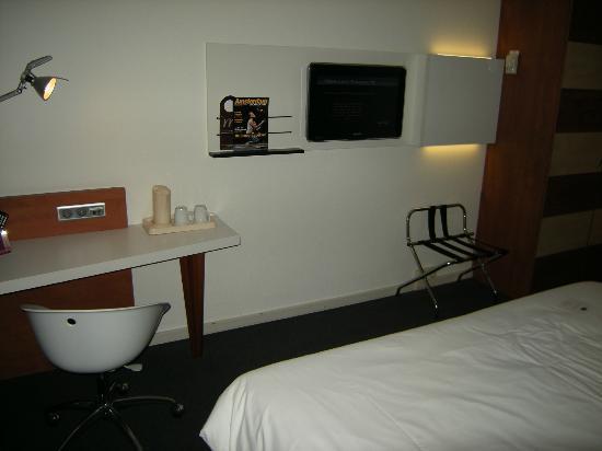 Mercure Amsterdam Airport: Bureau, café et télé.
