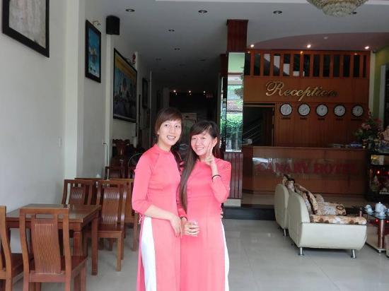Canary Hotel: 美人ぞろいのフロントスタッフ