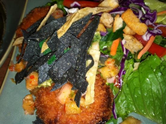 Linn's Fruit Bin Restaurant: salmon cakes w/ salad greens