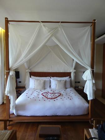 Hansar Samui Resort: The bed.