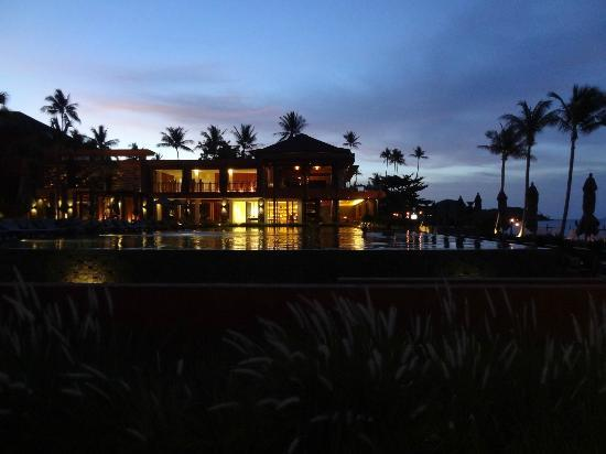 Hansar Samui Resort: Hotel at dusk.