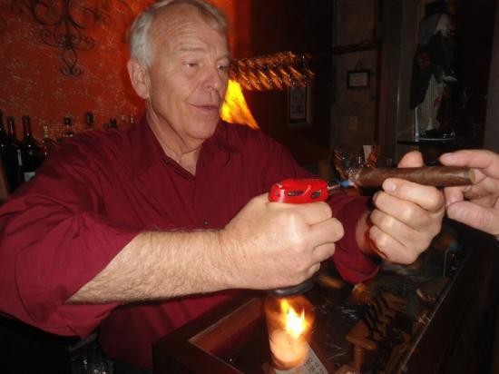 Antigua Tabaco Compania S.A.: Ron el propietario del establecimiento, un excelente conversador y conocedor del tabaco.