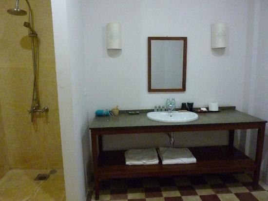 Bambu Battambang Hotel: baño