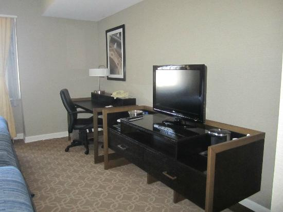 Hilton Milwaukee City Center: tv/desk side of room
