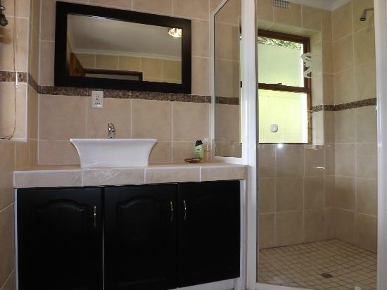 Masescha Country Estate: Valley View Shower Room