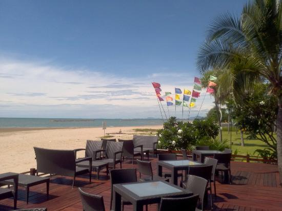 Fisherman's Village Resort: The Restaurant onto the beach. The Good.