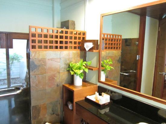 Fisherman's Village Resort: The bathroom. The Good.