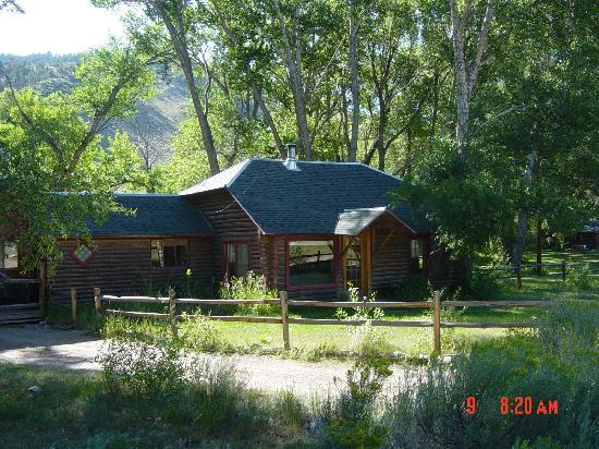 Woods Landing Resort: The river guest house is located right on the bank of the Big Laramie River