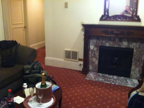 Monterey Hotel: Fireplace living room