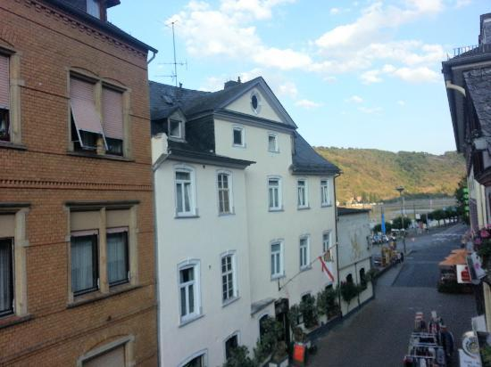 Rhein Hotel Zur Loreley: View in the opposite direction from the balcony on our room