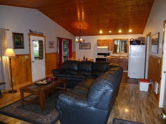 Wallowa Lake Resort: Living room/kitchen area