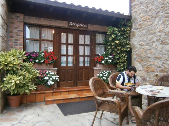 Entremontes: entrada a recepcion y terraza