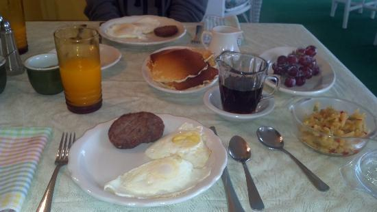 The Pines Country Inn: Yummy homemade breakfast cooked to order.