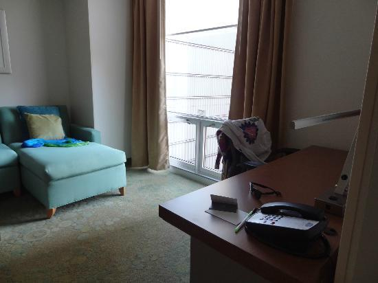 SpringHill Suites Chicago Downtown/River North: Lounge with large sofa bed  /desk  area