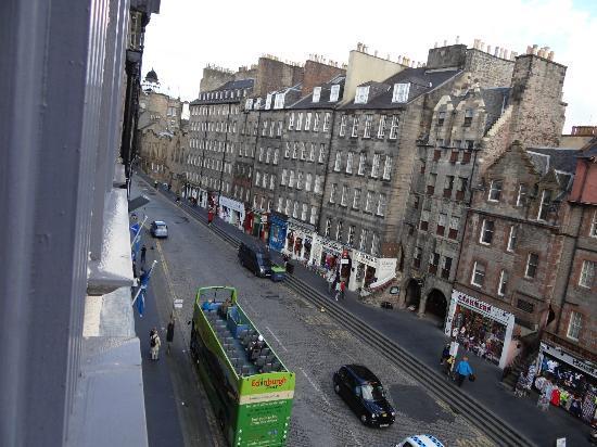G&V Royal Mile Hotel Edinburgh: from our room, Lawnmarket St(to Edinburgh Castle)