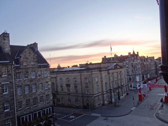 G&V Royal Mile Hotel Edinburgh: from our room, High Street(at dawn)