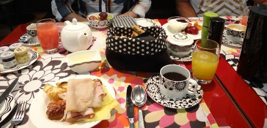 G&V Royal Mile Hotel Edinburgh: Breakfast- visual cacophony & bland, limited choices