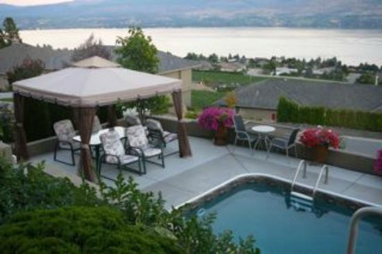 Bella Luna bed and breakfast: Pool and View