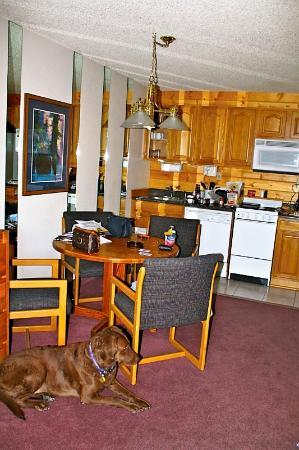 Inn at Silver Creek: Dining and kitchen area