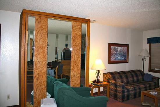Inn at Silver Creek: Murphy bed and sofa bed