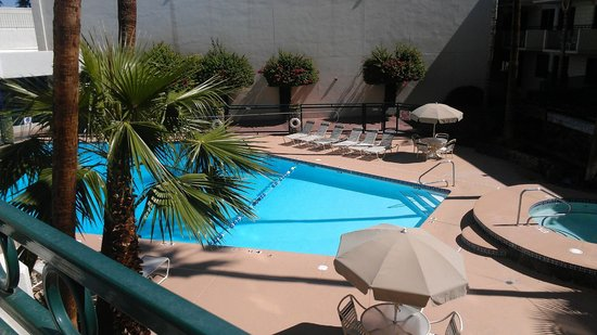 Hilton Garden Inn Phoenix Midtown : View of the pool from our 2nd floor room