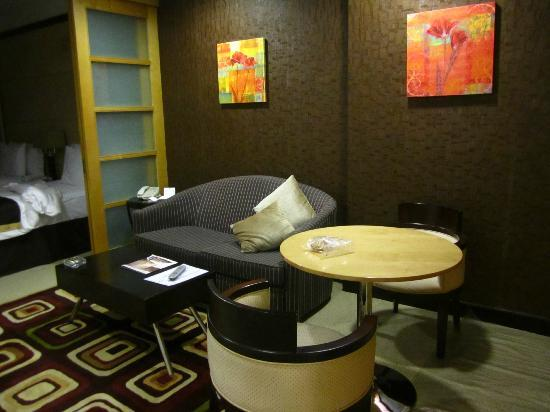 Savoy Suites Hotel Apartments: Sofa