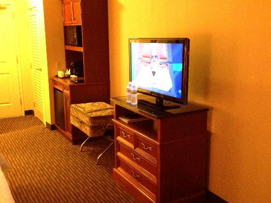 Hilton Garden Inn Palm Springs/Rancho Mirage: Wide screen TV, Fridge & Cabinet for drinks