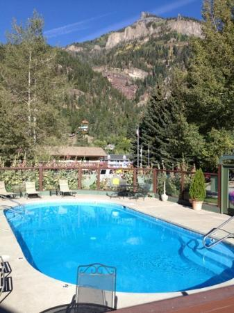 Twin Peaks Lodge & Hot Springs: Hot springs fed pool with a view.