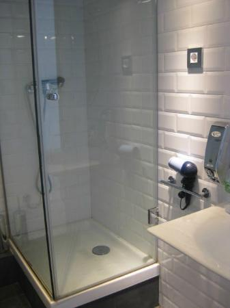 Casa Gracia Barcelona Hostel: clean modern bathroom!