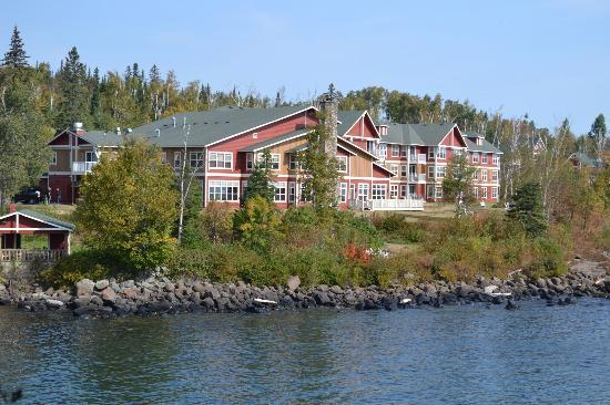 كوف بوينت لودج: The view of the Lodge from the rock outcropping on the Cove 